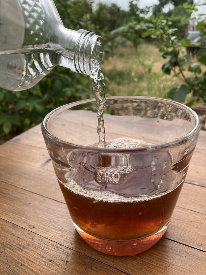 Sprudelwasser im Tee
